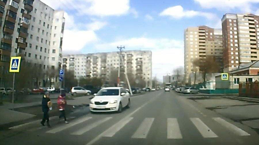 В Тюмени на пешеходном переходе двое детей попали под машину