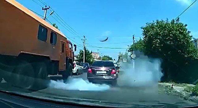 Взорвавшееся колесо грузовика, оторвало бампер Ниссану