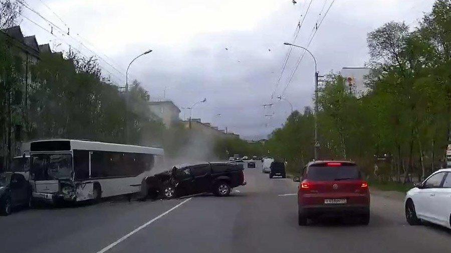 Авария дня. В Мурманске погиб водитель, устроивший ДТП с автобусом