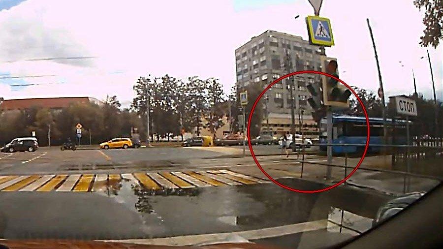 Авария дня.  В Москве девушка попала под травмвай