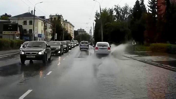 Водитель намеренно окатил пешехода из лужи