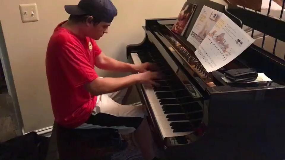 Доставщик пиццы потрясающе играет на пианино