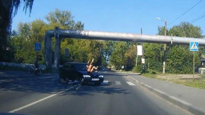 Девушка не слезла с велосипеда и попала под машину