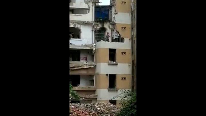 Мастер-ломастер: азиат чуть не отправил себя на тот свет, разрушая здание кувалдой