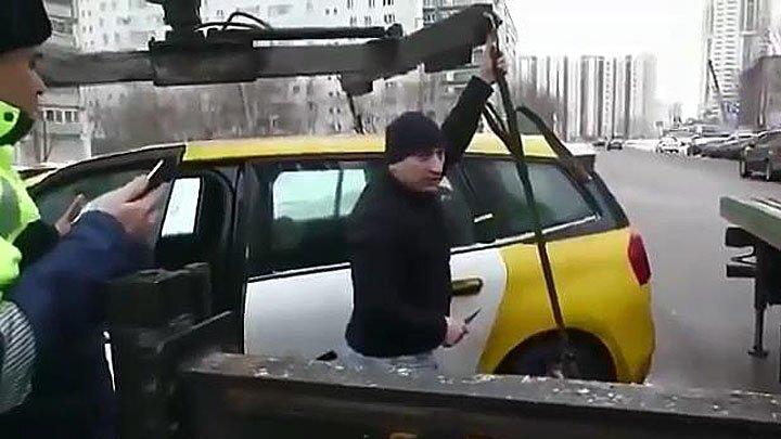 Таксист не дал забрать свой автомобиль и обрезал стропы эвакуатора