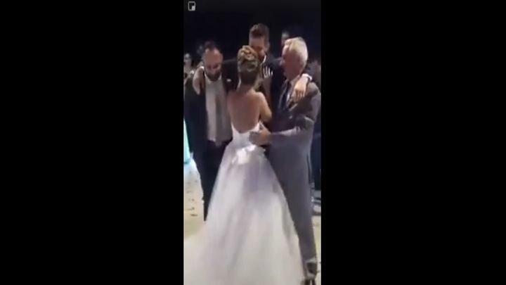 Друзья помогли жениху исполнить свадебный танец с невестой