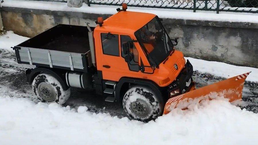 Радиоуправляемый грузовик для уборки снега