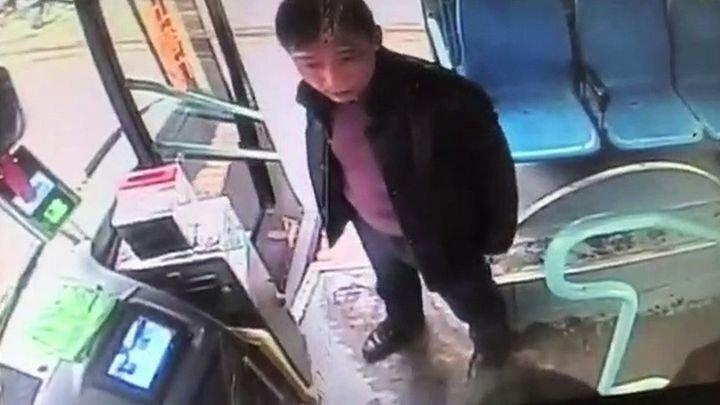 """Пассажир автобуса с ноги """"выписал штраф"""" пьяному безбилетнику"""