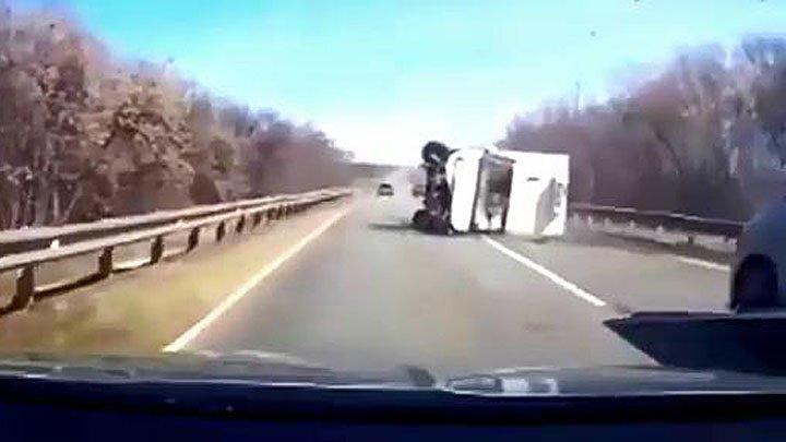 На Кубани две легковушки при обгоне завалили грузовую ГАЗель