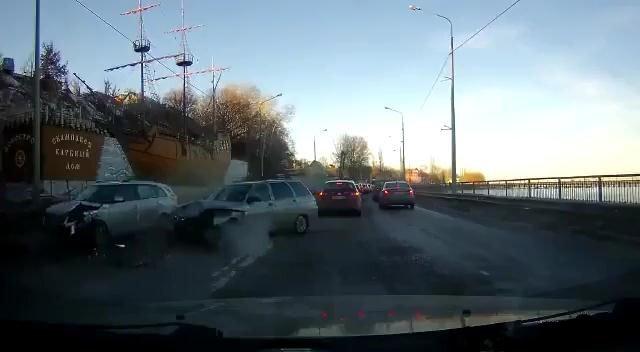Авария дня. Нелепое лобовое столкновение на небольшой скорости