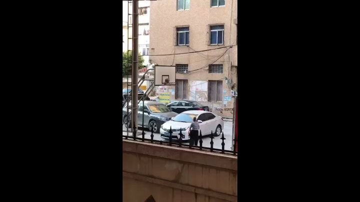 Дедушка решил поиграть в баскетбол рядом с припаркованными автомобилями