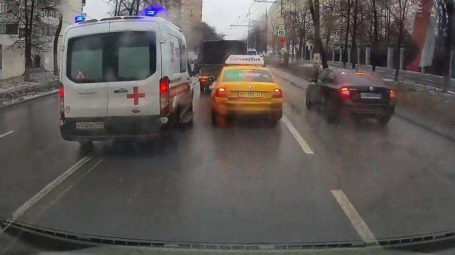 Дорожные разборки в Москве: карета скорой помощи против такси