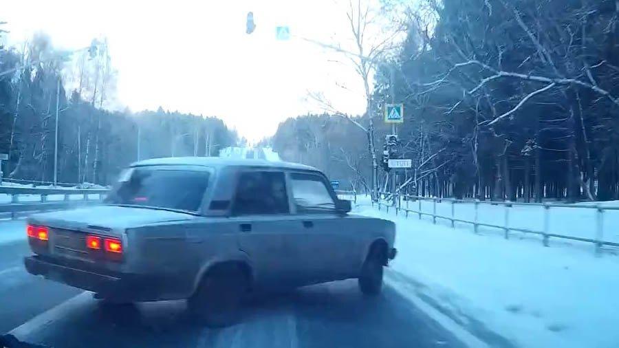 Быстрый ТАЗовод не вовремя притормозил на скользкой дороге