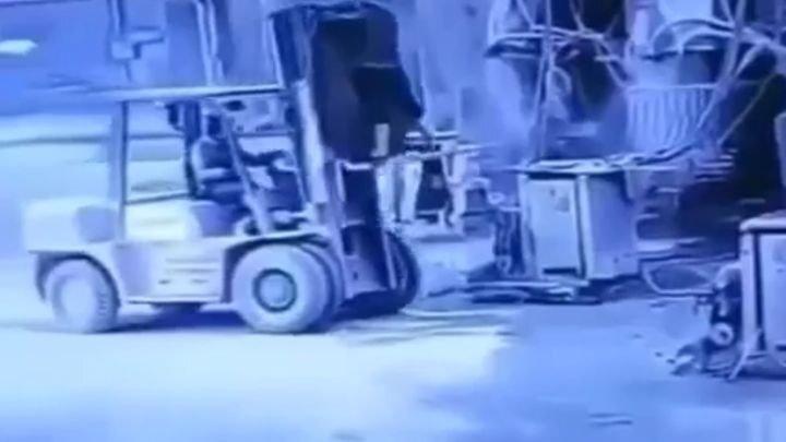 Тупой и ещё тупее: инцидент с вилочным погрузчиком на китайском складе