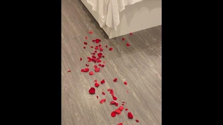 Скромный романтичный вечер одинокой девушки