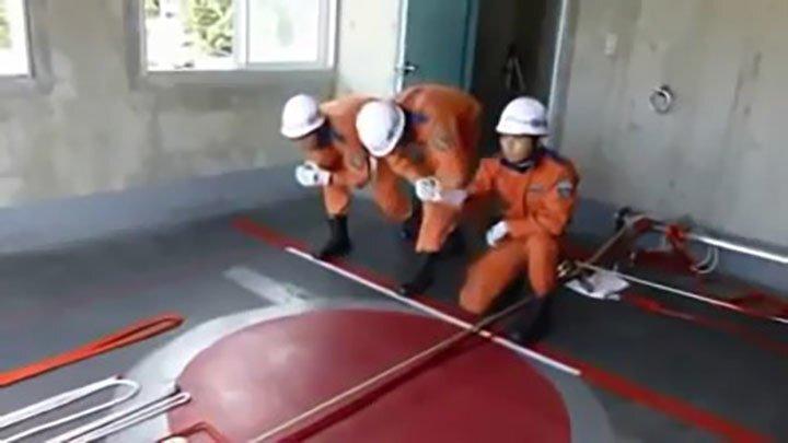 Японские пожарные тренируются спасать людей