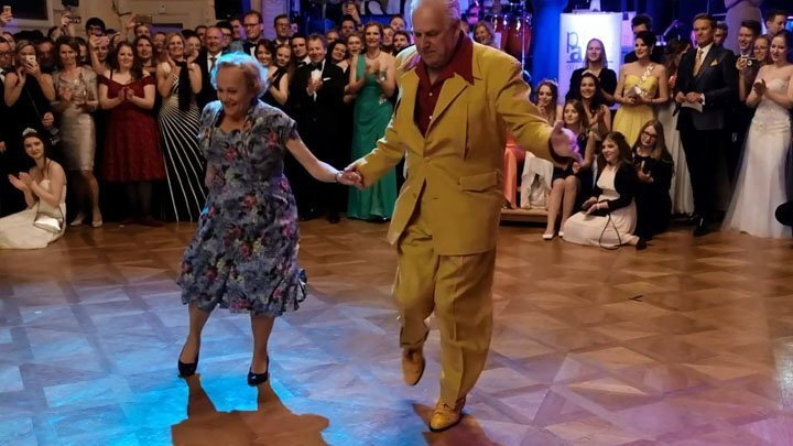 Пожилая супружеская пара зажигает на танцполе