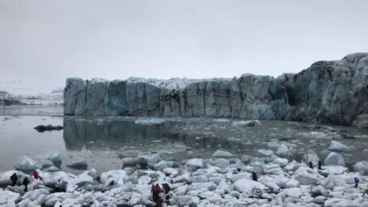 В Исландии туристам пришлось убегать от волны, вызванной отколовшимся ледником