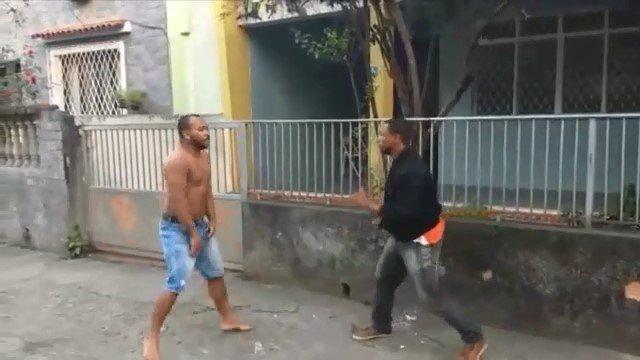 Уличная схватка двух бразильских парней