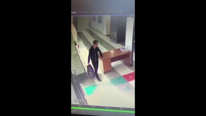 Приезжий впервые в жизни увидел интроскоп и залез в него вместе с сумкой
