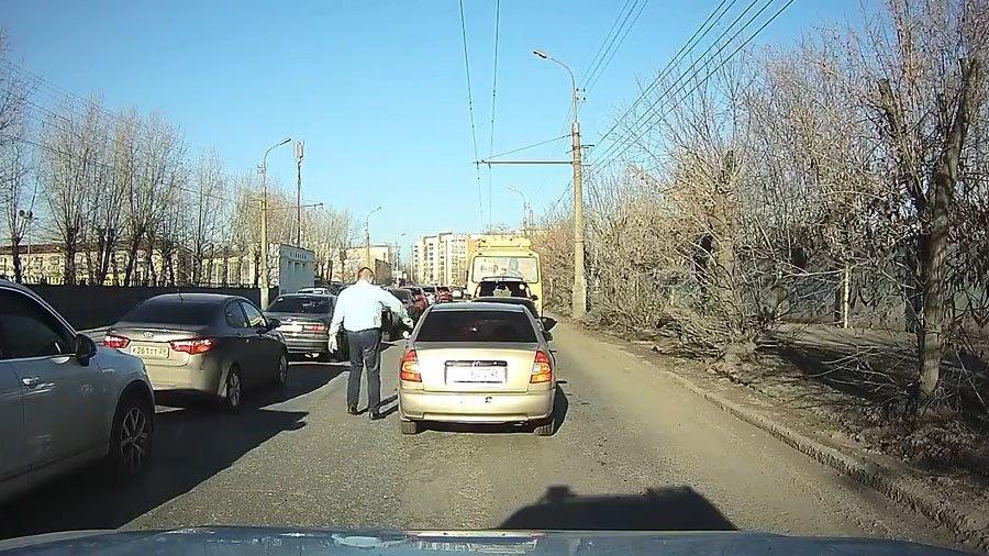 Мужик заботливо вернул водителю окурок, который он выбросил из окна
