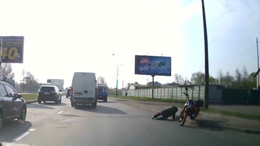 Начинающий мотоциклист налетел на бордюр