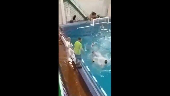 В Москве тренер по водному поло в бассейне подрался с игроком команды соперника