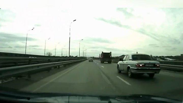 На объездной в Тюмени «Волга» столкнулась с грузовиком и отбойником