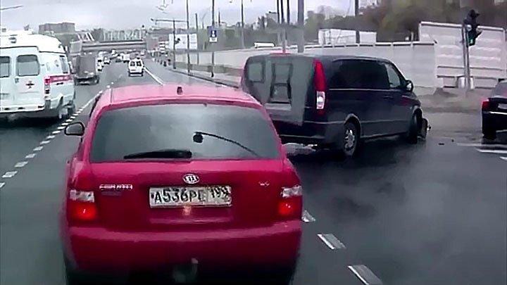 Маневрировал, да не выманеврировал: загадочная манера езды водителя микроавтобуса