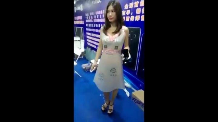 Китайцы показали платье, прозрачность которого можно регулировать