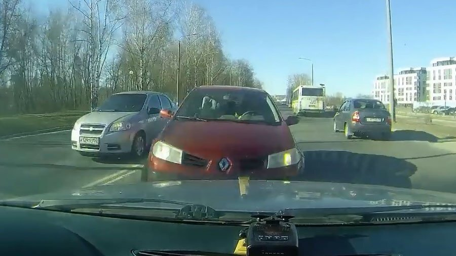 Грамотно избежал столкновения с попутной машиной