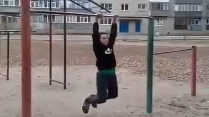 Юный дворовый спортсмен демонстрирует свои навыки