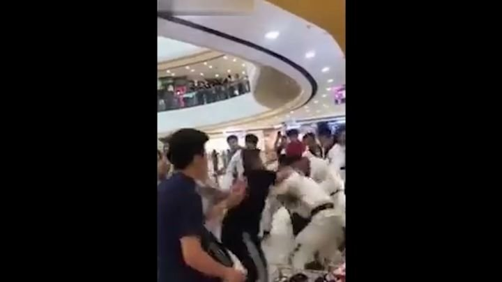 Мастера двух школ боевых искусств подрались в торговом центре