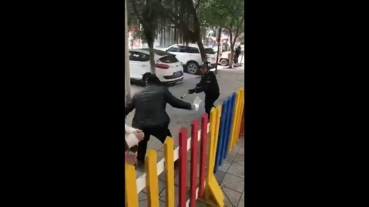 Прохожий оказал полицейскому медвежью услугу, решив помочь ему с задержанием преступника во время учений