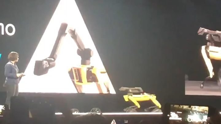 Роботу Boston Dynamics стало плохо на выставке робототехники