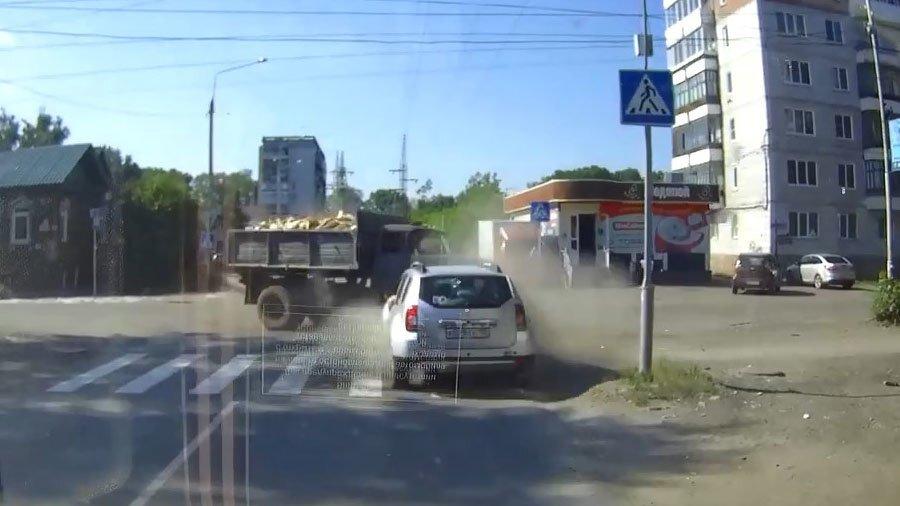 Женщина на Renault не уступила дорогу ЗиЛу в Томске