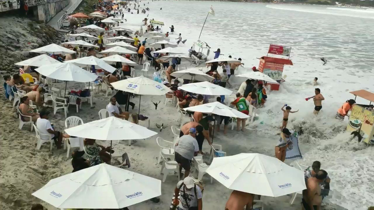 На пляже в Рио-де-Жанейро огромная волна застала врасплох туристов