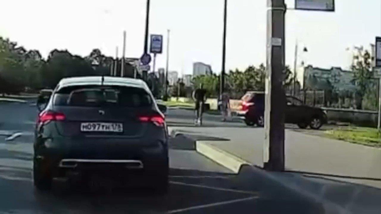 Езда на самокате по тротуару и незаметный буксировочный трос