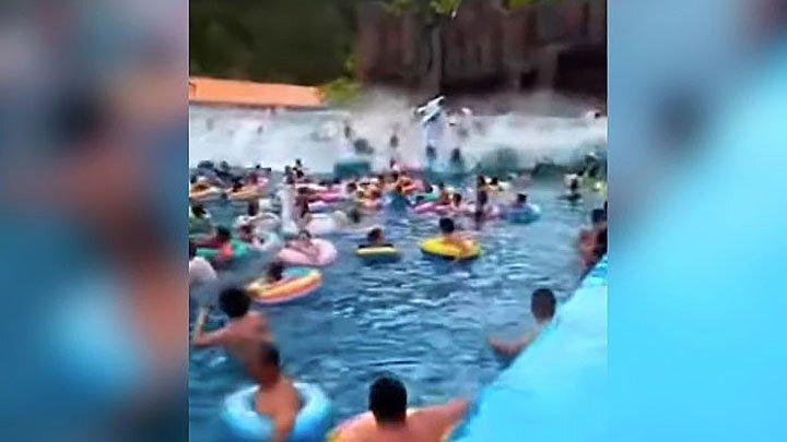 В китайском аквапарке люди пострадали из-за слишком большой искусственной волны