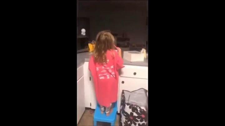 """Утренний """"дожор"""": Мама поймала дочку при попытке налёта на холодильник"""