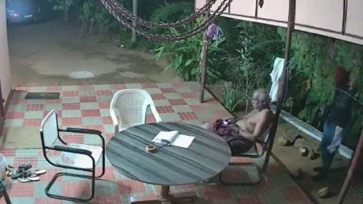 Храбрая пожилая пара отбилась от грабителей