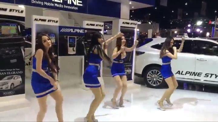 Странные танцы девушек у рекламного стенда