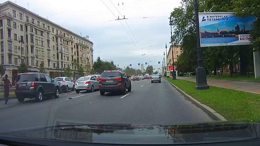 Land Rover даже не тормозил: массовая авария в Петербурге