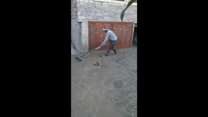 И так сойдет: Эпичное бетонирование двора в Абхазии
