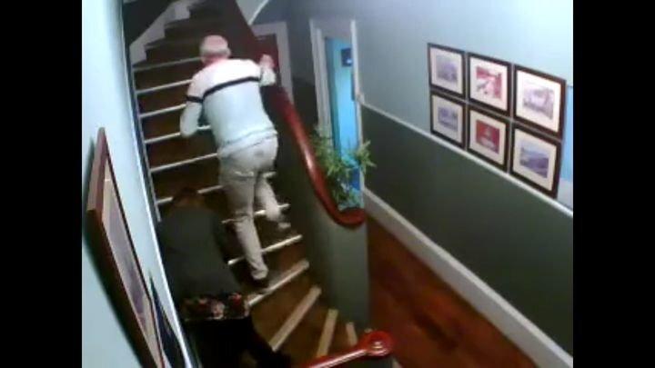 Семейная пара пытается подняться на второй этаж после бурного празднования 30-летия совместной жизни