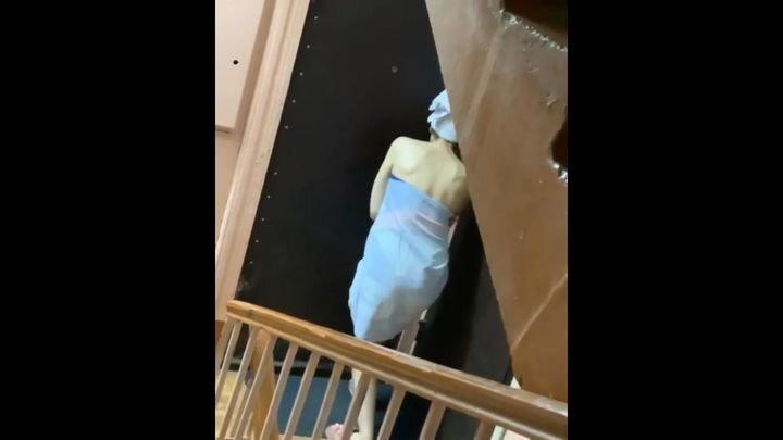 Девушка попала в неловкую ситуацию, выйдя после душа на лестничную клетку
