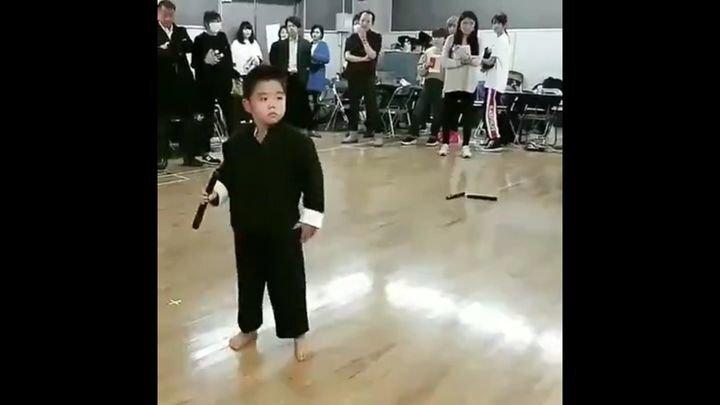 Маленький ниндзя демонстрирует свои навыки