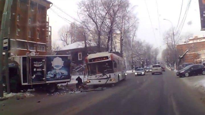 Троллейбус с пассажирами врезался в припаркованный на обочине грузовик