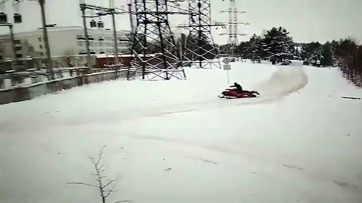 Новосибирец гонял по улицам города на снегоходе и разбился