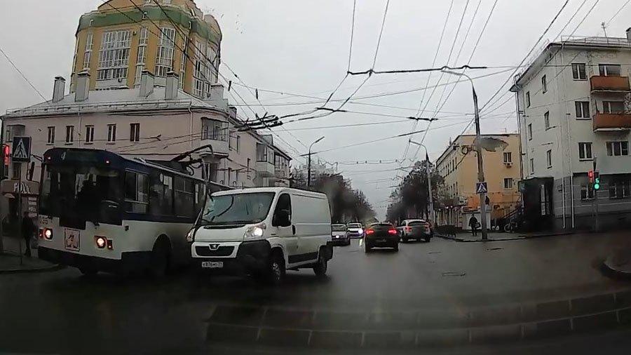 У троллейбуса упали «рога» и повредили фургон